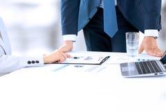 工作和分析在一种数字式片剂的企业同事财政图 免版税库存图片