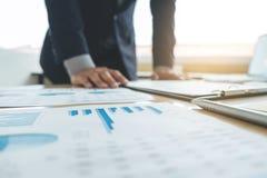 工作和指向图表文件财务proj的商人 免版税图库摄影