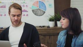 工作和沟通在办公桌的小组年轻商人看便携式计算机 影视素材