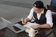 工作和采取笔记的商人户外 免版税库存照片