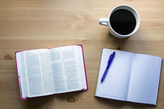 工作圣经研究有从上面的笔视图 免版税库存照片