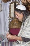 工作在à 维拉的中世纪市场上的柳条人 库存照片