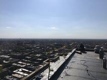 工作在一个光滑的修改过的屋顶平台的盖屋顶的人,顶房顶项目 免版税库存图片