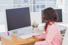 工作在一个创造性的办公室的妇女 库存图片