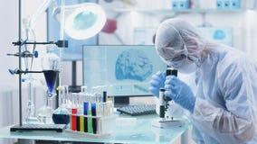 工作在一个安全高端实验室的男性科学家研究员 股票视频