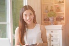 工作在一个家庭办公室的年轻亚裔妇女企业家 免版税库存图片