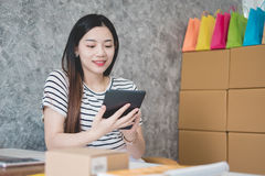工作在一个家庭办公室的年轻亚裔妇女企业家 库存照片