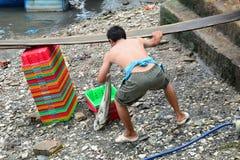 工作在一个批发鱼市上的人们 库存图片