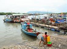 工作在一个批发鱼市上的人们 免版税库存照片