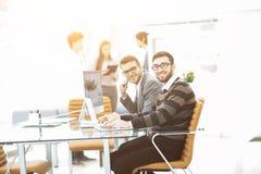 工作在一个新的广告项目的介绍的专业企业队 图库摄影
