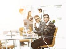 工作在一个新的广告项目的介绍的专业企业队 免版税库存图片