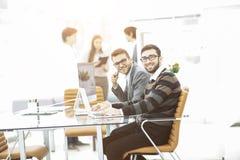 工作在一个新的广告项目的介绍的专业企业队 库存图片