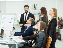 工作在一个新的介绍的企业队在工作场所在现代办公室 免版税库存图片