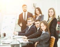 工作在一个新的介绍的企业队在工作场所在现代办公室 图库摄影