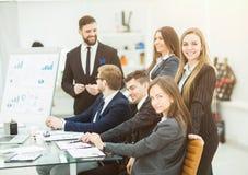 工作在一个新的介绍的企业队在工作场所在现代办公室 库存图片