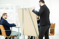 工作在一个新的介绍的企业队在工作场所在现代办公室 库存照片