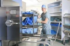 工作在一个消毒的地方的人在医院 免版税图库摄影