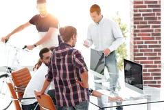 工作在一个现代办公室的创造性的队 免版税库存照片