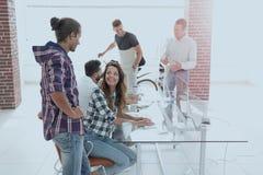 工作在一个现代办公室的创造性的队 免版税库存图片