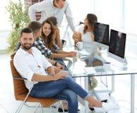 工作在一个现代办公室的创造性的队 库存图片