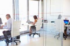 工作在一个现代办公室的人 免版税库存照片