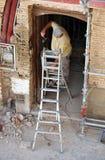 工作在一个老房子的修复的建筑工人 库存照片