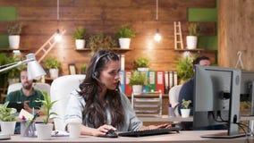工作在一个舒适办公室的客服或销售操作员 股票录像