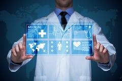 工作在一个虚屏上的医生 医疗技术概念 脉冲 免版税库存照片