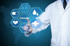 工作在一个虚屏上的医生 医疗技术概念 脉冲 库存图片