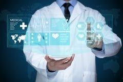 工作在一个虚屏上的医生 医疗技术概念 脉冲 免版税库存图片