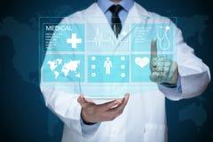 工作在一个虚屏上的医生 医疗技术概念 脉冲 库存照片