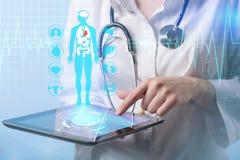 工作在一个虚屏上的医生 医疗技术概念 免版税库存照片