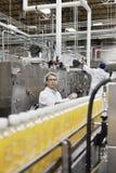 工作在一个装瓶厂中的工厂人 免版税库存图片