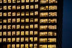 工作在一座现代办公楼的人们 免版税图库摄影