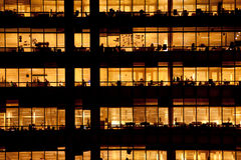 工作在一座现代办公楼的人们 库存图片