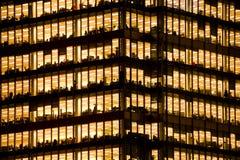 工作在一座现代办公楼的人们 图库摄影