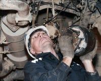 工作在一辆失败的卡车的工作者 库存照片