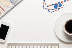 工作在与办公用品的表上 免版税库存图片