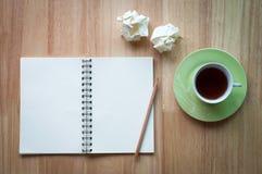 工作在与咖啡杯的木书桌背景 库存照片