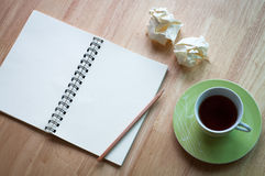 工作在与咖啡杯的木书桌背景 图库摄影