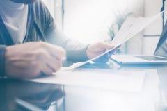 工作在与新的企业项目的桌上的特写镜头照片成人财务经理 在桌上的现代笔记本 符号 库存照片