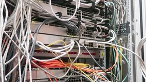 工作在与服务器机架和超级计算机行的一个数据中心的一位男性IT工程师  股票视频