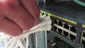 工作在与服务器机架和超级计算机行的一个数据中心的一位男性IT工程师  股票录像