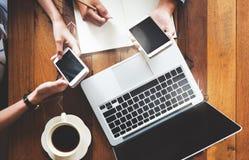 工作在与膝上型计算机,手机的咖啡馆的企业配合的工友少妇 会议和激发灵感配合概念 免版税库存照片