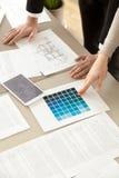 工作在与颜色样片和layo的房子内部的设计师 免版税库存照片