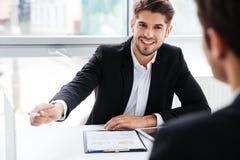 工作在业务会议的两个商人在办公室 免版税图库摄影