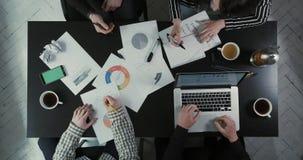 工作在业务问题下的上述观点的队使用图表和膝上型计算机 妇女与人争论 影视素材