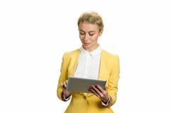 工作在个人计算机片剂的美丽的企业夫人 免版税图库摄影