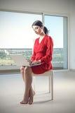 工作在个人计算机的典雅的女孩 免版税图库摄影