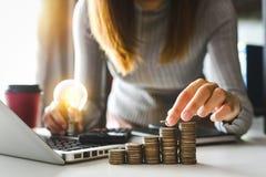 工作在书桌上的会计在办公室使用计算器和智能手机计算预算 免版税库存图片